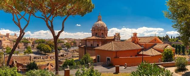 Panorama della chiesa barocca dei santi luca e martina con i resti del foro romano nella giornata di sole a roma, italy
