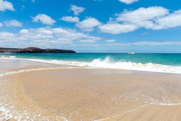 Panorama della bellissima spiaggia e mare tropicale di lanzarote. canarie