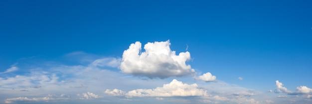 Panorama cielo blu e nuvole bianche. bnuvola soffice sullo sfondo del cielo blu