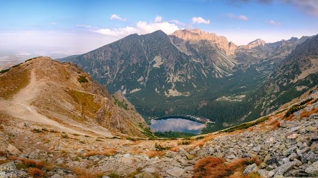 Panorama della vista mozzafiato sul lago di montagna popradske pleso all'alba in alti tatra, slovacchia