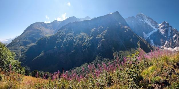 Panorama delle montagne del caucaso nella luce del mattino