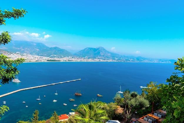 Panorama della città di alanya in una giornata estiva con vista sulla costa, sul mare e sugli yacht