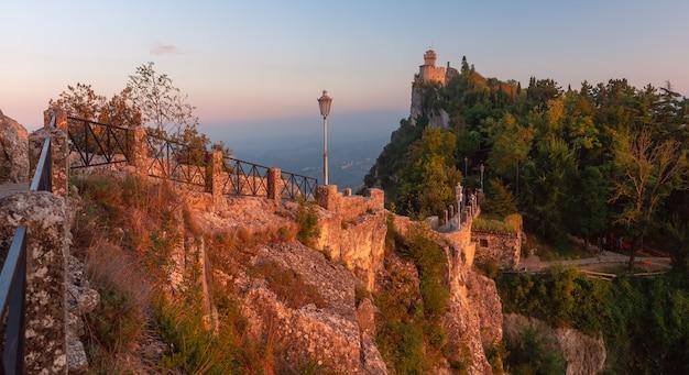 Panorama di de la fratta o cesta, seconda torre sul monte titano, nella città di san marino della repubblica di san marino durante l'ora d'oro al tramonto