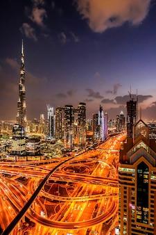 Panorama del centro città moderna di dubai di notte