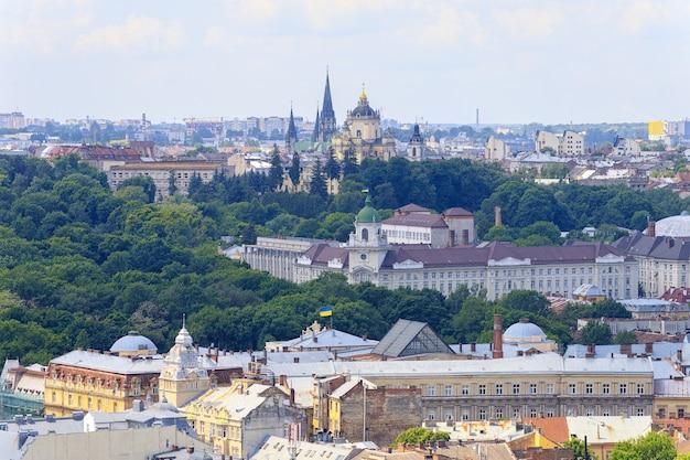 Panorama della città europea di lviv in estate