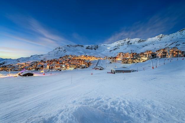 Panorama della famosa val thorens nelle alpi francesi di notte, vanoise, francia
