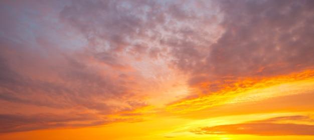 Panorama del cielo al tramonto arancione ardente