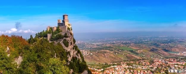 Panorama della prima torre fortezza guaita nella città di san marino della repubblica di san marino e delle colline italiane in giornata di sole