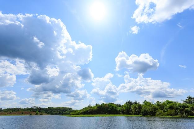 Panorama dalla foresta pluviale amazzonica, regione delle zone umide brasiliane. laguna navigabile. punto di riferimento del sud america. amazzonia