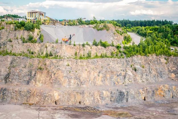 Panorama della cava di granito con le macchine da lavorare, vista generale