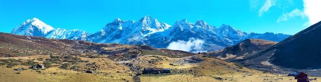 Panorama di alta montagna nella neve. kangchenjunga, india