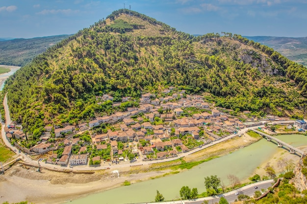 Panorama della città storica di berat in albania vista dall'alto dal castello