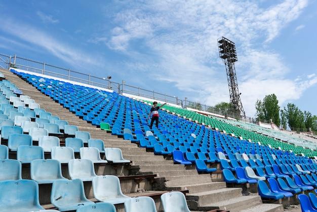 Panorama di enormi posti allo stadio con un uomo che guarda i concerti dell'evento musicale
