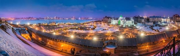 Panorama di kazan nell'illuminazione serale e il palazzo dei contadini in inverno