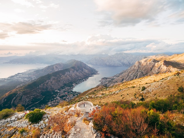 Panorama della baia di kotor bella vista dal monte lovcen montenegro