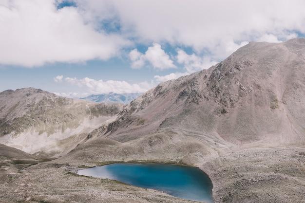 Panorama di scene lacustri in montagna, parco nazionale dombay, caucaso, russia, europa. cielo blu drammatico e paesaggio soleggiato in giornata estiva