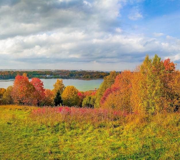 Panorama del paesaggio autunnale.
