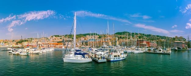 Panorama del porto turistico porto antico genova, dove sono ormeggiate molte barche a vela e yacht, genova, italia.
