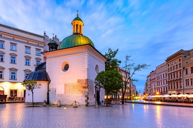 Panorama della piazza del mercato principale medievale con la chiesa di san wojciech nel centro storico di cracovia