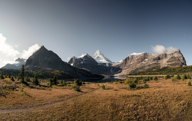 Panorama del monte assiniboine con il lago magog nella foresta di autunno sulla soleggiata al parco provinciale