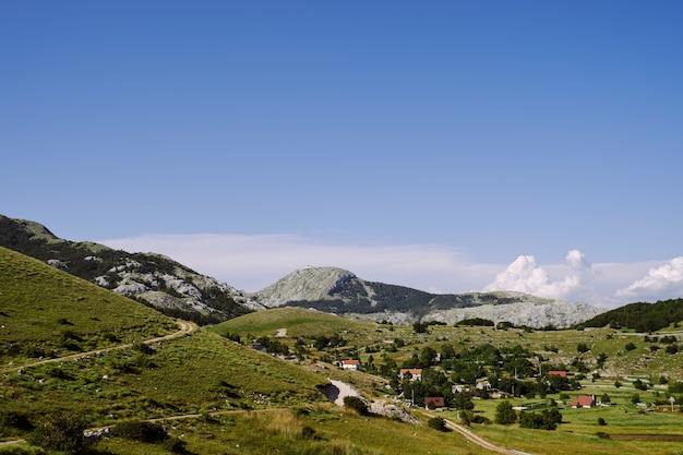 Panorama di un paesino di montagna immerso nel verde