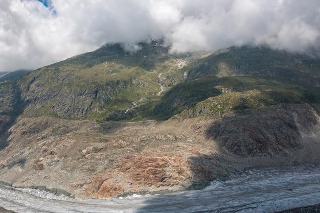 Panorama della scena delle montagne, passeggiata attraverso il grande ghiacciaio dell'aletsch, percorso aletsch panoramaweg nel parco nazionale svizzera, europa. paesaggio estivo, tempo soleggiato, cielo azzurro e giornata di sole