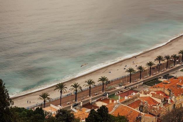 Panorama della città di nizza, costa azzurra, costa azzurra, mar mediterraneo, promenade des anglais con palme e città vecchia.
