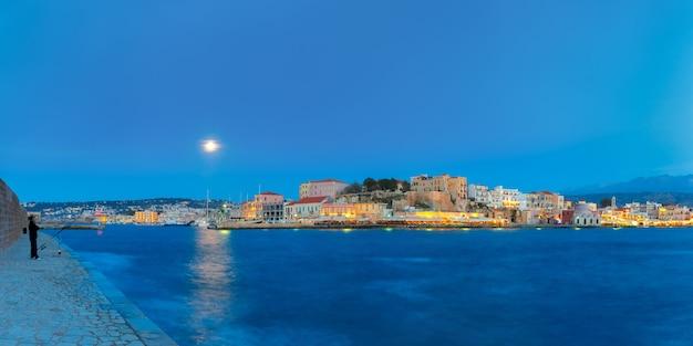 Panorama notturno banchina veneziana, chania, creta