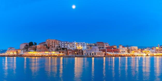 Panorama della banchina veneziana di notte, chania, creta
