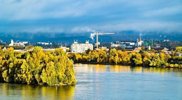 Panorama del fiume reno tra mainz e wiesbade, hesse e renania-palatinato in germania