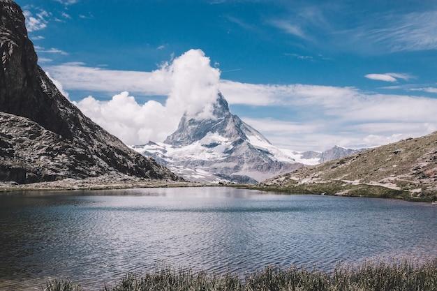 Panorama del lago riffelsee e del monte cervino, scena nel parco nazionale zermatt, svizzera, europa. paesaggio estivo, tempo soleggiato, cielo azzurro drammatico e giornata di sole