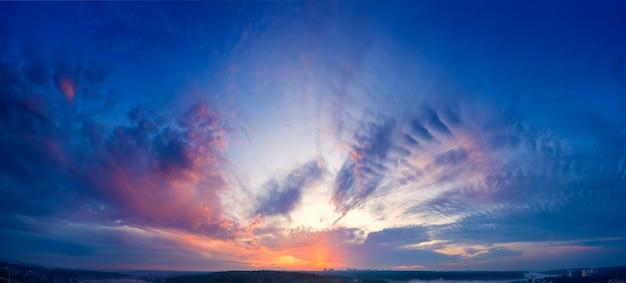 Panorama del cielo, veduta aerea, alba o tramonto, ora blu.