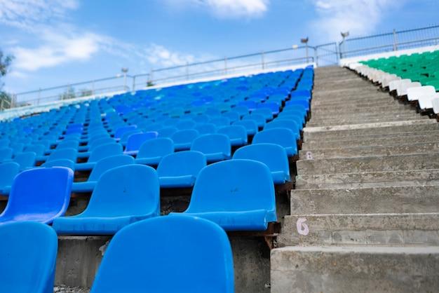 Panorama dei posti in fila vuota dello stadio all'aperto prima dei concerti