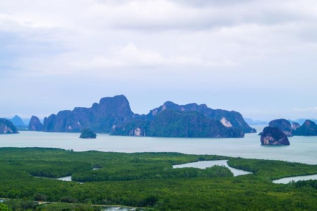 Panorama della thailandia vista sulle montagne con un cielo nuvoloso, in pha nang-she a phang nga, il punto invisibile nella destinazione del viaggio in thailandia.