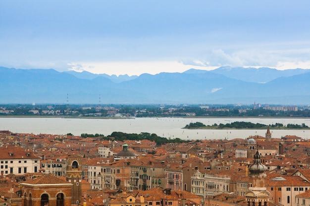 Panorama di venezia, italia. canal grande con gondole cartolina di venezia