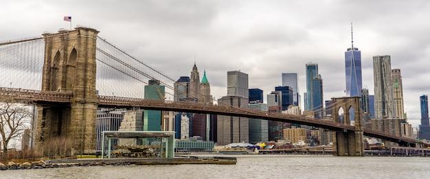 Vista panoramica del ponte di brooklyn e one world trade center da dumbo