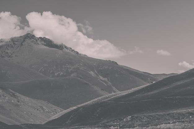 Vista panoramica di scene di montagne nel parco nazionale dombay, caucaso, russia, europa. cielo blu drammatico e paesaggio estivo soleggiato