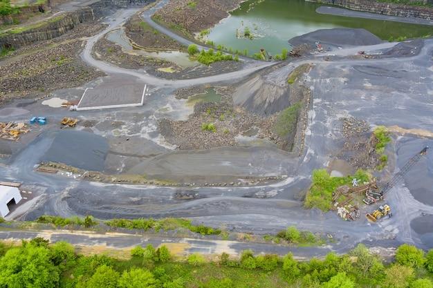 Vista panoramica miniera a cielo aperto, smistamento di estrazione mineraria industria estrattiva su scattering di pietre di cava