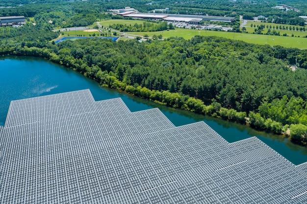 Vista panoramica su pannelli galleggianti sull'acqua con pannelli solari galleggianti in uno stagno blu