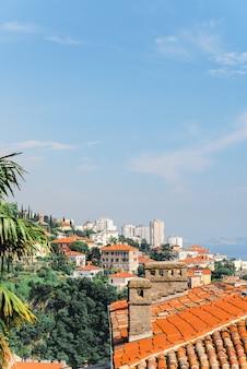 Vista panoramica del porto della città di rijeka allo spazio della copia della croazia