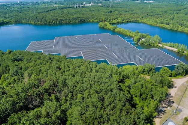 Vista panoramica nel generatore di celle solari o nel pannello solare, una generazione di energia alternativa galleggiante