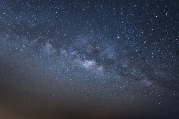 Lo spazio dell'universo di vista panoramica ha sparato della galassia della via lattea con le stelle su un cielo notturno