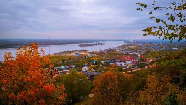 Panorama del fiume volga in autunno