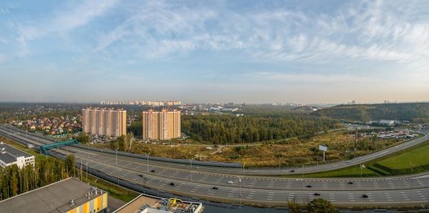 Panorama di un'ampia autostrada in una zona industriale di una metropoli moderna