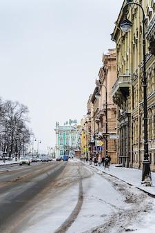 Panorama della città invernale e vista sulle strade innevate del centro di san pietroburgo