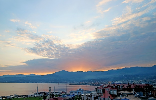 Vista aerea panoramica del porto di batumi con i raggi del mattino, città di batumi, regione adjara della georgia