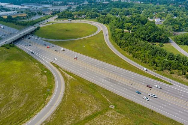 Panoramica vista aerea in interstate 70 in esecuzione attraverso i boschi di scioto, columbus, ohio usa
