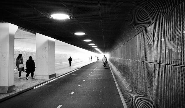 Angolo panoramico della vista frontale del tunnel. stazione della metropolitana metropolitana amsterdam paesi bassi