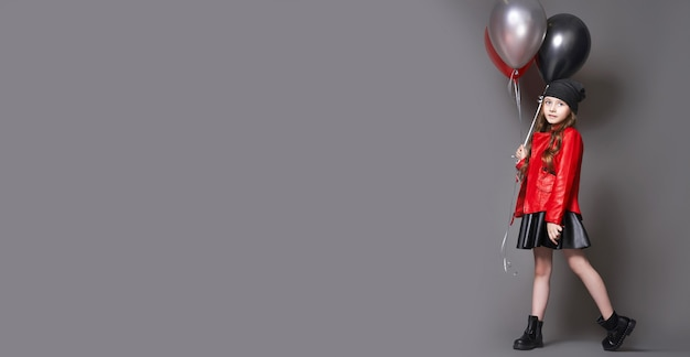 Sfondo panoramico moda ragazza con palloncini di colore occhiolino. vendita di celebrazione, venerdì nero, sconto, vendita