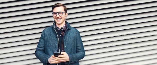 Banner panoramico, ritratto di giovane uomo che ride indossando occhiali da vista